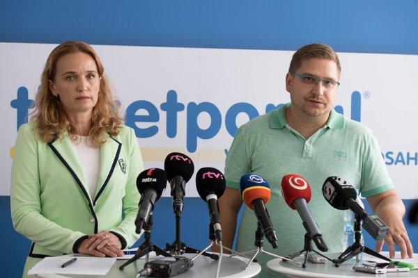 Zľava marketingová manažérka spoločnosti Ticketportal Stanislava Šebeňová a PR zástupca spoločnosti Ticketportal Marek Bezák.