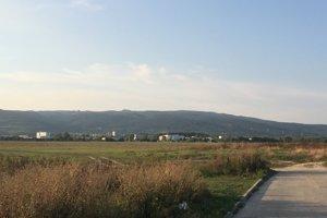 Vajnorské bývalé letisko dnes slúži na rekreáciu. Ľudia tam venčia psy, deti púšťajú šarkany a lietadielka.