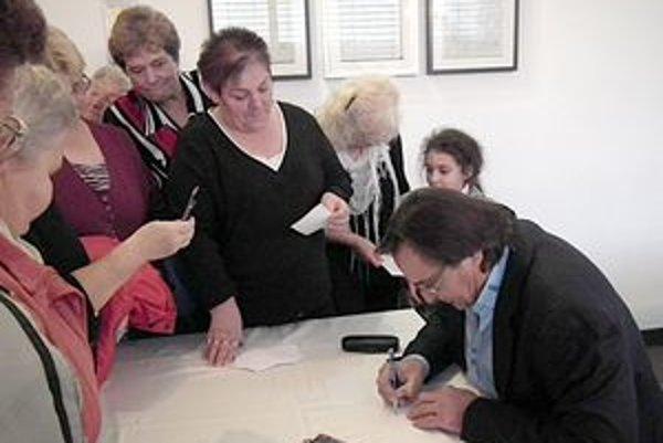 Získať podpis od známeho herca chcelo veľa návštevníkov.