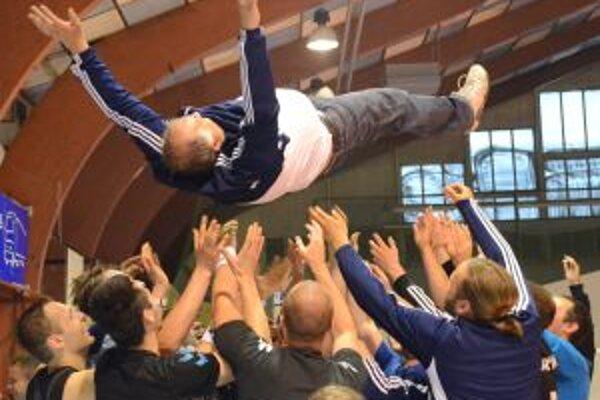 Po víťaznom zápase vypukli oslavy. Nad hlavami hráčov si zalietal aj tréner Jozef Mujgoš.