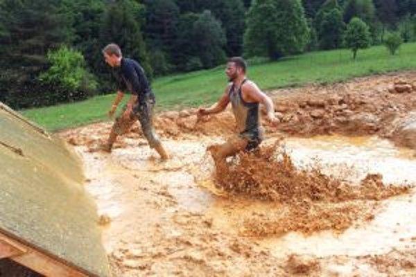 Po prejdení bahennej priekopy musel Martin Vasil (vpravo)vyliezť šikmú stenu.