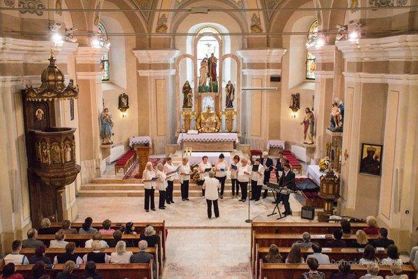 Tradičná Mariánska pieseň prilákala do kostola množstvo divákov.