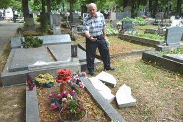 Alexander Lilge ukazuje zvalený a rozlámaný náhrobný kameň.