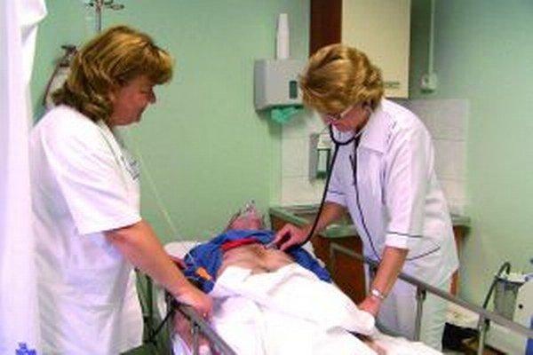 Primárka Marika Košteková (vpravo)s vedúcou sestrou Máriou Turňovou pri kontrole pacienta.