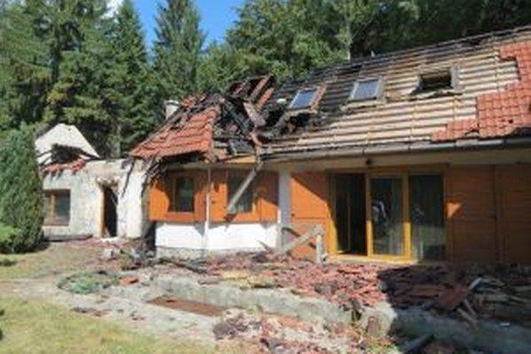 Hasičom sa podarilo zachrániť aspoň zvyšok chaty, keďže prvému poschodiu už nebolo pomoci.