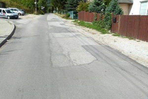 Na ulici Kolónia Hviezda je vyasfaltovaná len ľavá polovica cesty.