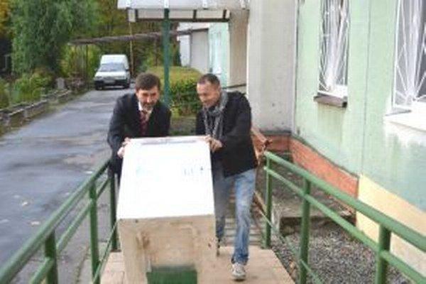 V Martine práčku seniorom odovzdal Miroslav Buľovský (vpravo) a župan Juraj Blanár.