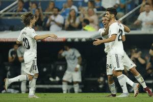 Futbalisti Realu Madrid sa radujú po góle Marca Asensia.
