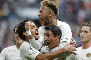 Neymar (hore) sa raduje so spoluhráčmi po jednom z gólov.