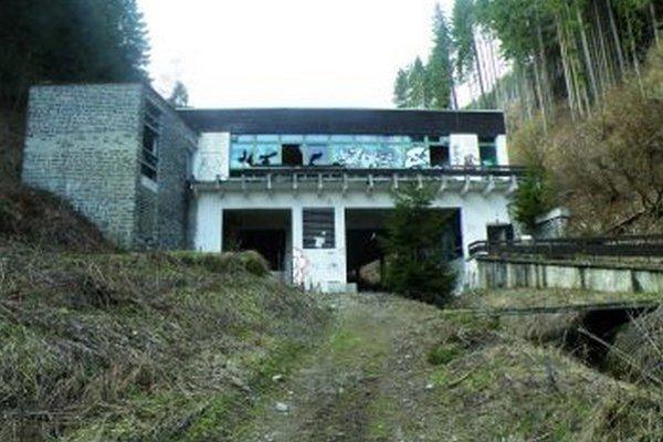 Spodná stanica starej lanovky na Martinské hole sa postupne mení na riunu.