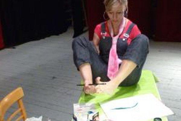 Pavlína Triščová maľuje nohami.