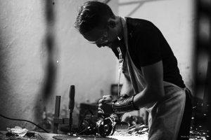 Umelec z Banskej Štiavnice tvorí z dreva, kože aj drôtu.