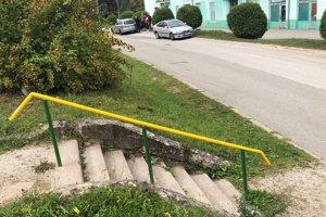 Dôchodca prichádzal ku schodom po ceste