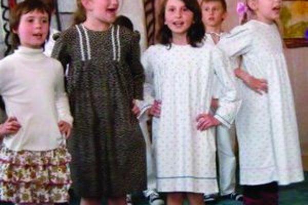 Aby mohli deti vo folklórnom súbore  Pramienok fungovať, potrebujú rekvizity.