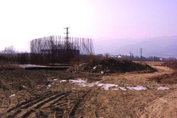 Na stavenisku pri Turčianskych Kľačanoch zatiaľ trčia zo zeme len drôty.