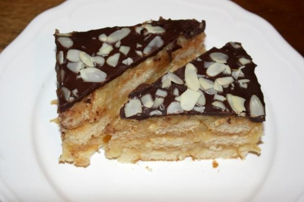 Nepečený jablkový koláč s piškótami