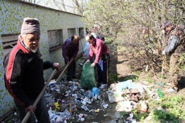 Bezdomovci, žijúci v meste Turčianske Teplice, upratovali mesto pred veľkonočnými sviatkami.