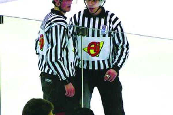 Miroslav Valach (vpravo) už má za ostré štarty na MS 2011 v ľadovom hokeji.