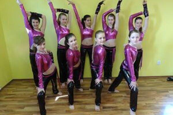 Strieborné dievčatá z tanečné klubu New Age.