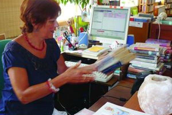 Plné ruky práceČitatelia si berú hromady kníh aj v lete, hovorí knihovníčka Irena Patúšová z vrútockej knižnice.