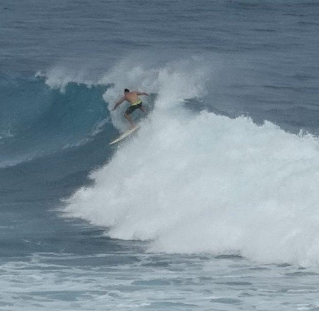 Surfista na menšej vlne.
