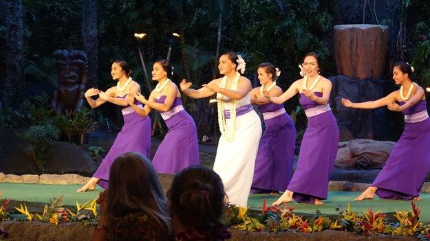 Stále pri večeri. Havajský tanec Hula v moderných kostýmoch.
