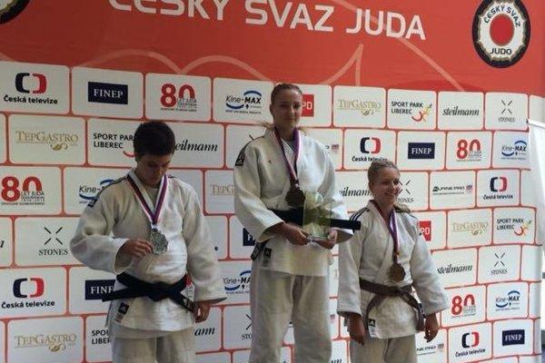 Patrícia Bokorová (v strede).