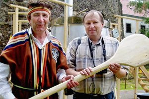 Komisár Igor Svítok (vpravo) počas jedného z dávnejších rekordov v Leviciach.