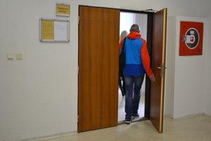 Bývalého kňaza obvineného zo znásilnenia súd oslobodil.