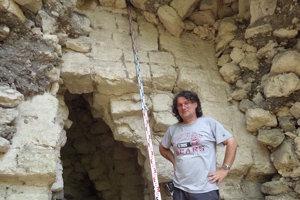 Milan Kováč pred jaskyňou, kde prebieha archeologický výskum