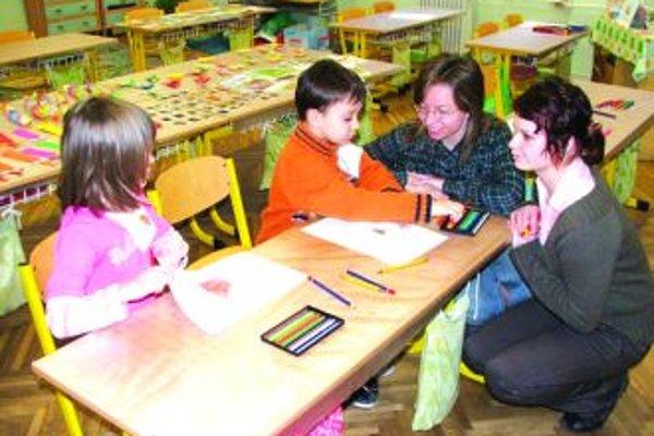 Zápis je zdarmaUčiteľky sa zoznamujú s deťmi, sledujú ich schopnosti a vedomosti. Do 1. ročníka ich musia zapísať bezplatne.
