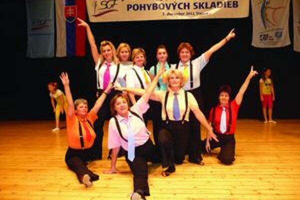 Zlaté v zlatom veku. Členky Sokola Vrútky po vystúpení na 15. festivale pohybových skladieb v Trnave, kde získali zlatý pohár v kategórii zlatý vek.