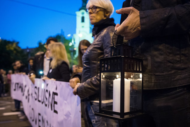 Niektorí ľudia si v Bratislave priniesli na protest aj kahance.