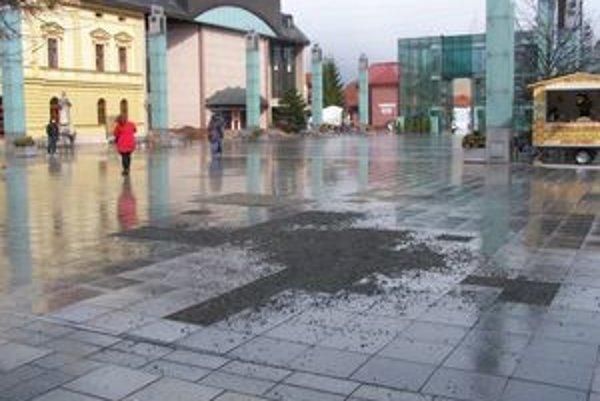 Toto je centrum mesta. Každý rok po zime je časť dlažby pešej zóny rozsypaná.