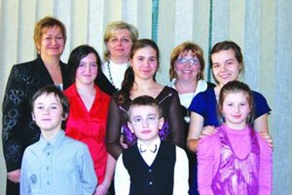 Reprezentanti. Galéria úspešných klaviristov ZUŠ v Martine spolu so svojimi pedagógmi.