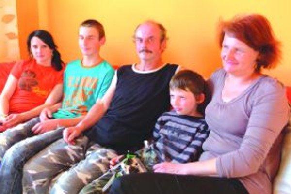 Šťastná rodinaZuzana (15), Ľubomír (17), otec Ľubomír Dvorský (55), Michal (8) a Margita Jahnická (48) už žijú v zariadenom byte.