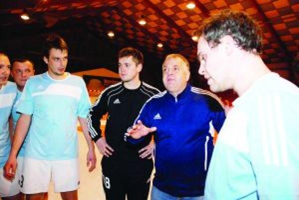Tréner hádzanárov. Jozef Mujgoš (druhý sprava) prevzal kormidlo v 10. kole.