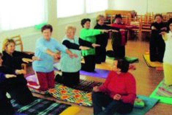Seniorky z Belej počas cvičenia jogy.