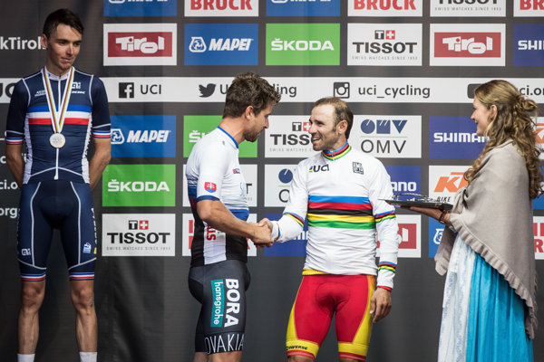 Peter Sagan (vľavo) dal symbolicky medailu pre majstra sveta na krk Alejandrovi Valverdemu.