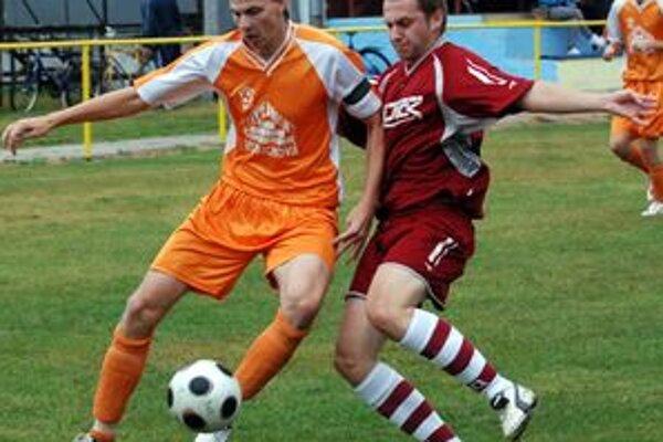 Teplický hráč M. Endresl (vľavo) v súboji s P. Ľuptovcom z Podhradia.