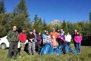 Čistých hôr sa zúčastnila aj skupina geocacherov, ktorí podľa súradníc hľadajú rôzne poklady. Popri tejto aktivite pozbierali aj desať vriec odpadu.