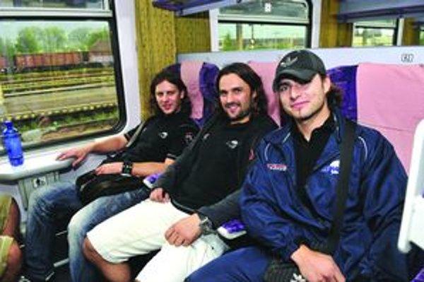 Pohodlie vo vlaku. Našli si ho zľava aj Peter Klepáč, Marek Uram a Jaroslav Jabrocký.