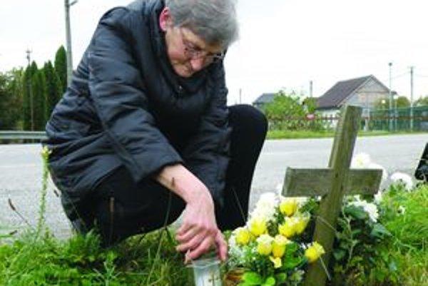 Anna Buľovská z Valče chodí ku krížu v Beniciach zapáliť sviečku svojej dcére. Pred 12 rokmi, keď sa vracala z práce domov, sa zrazila s autobusom.