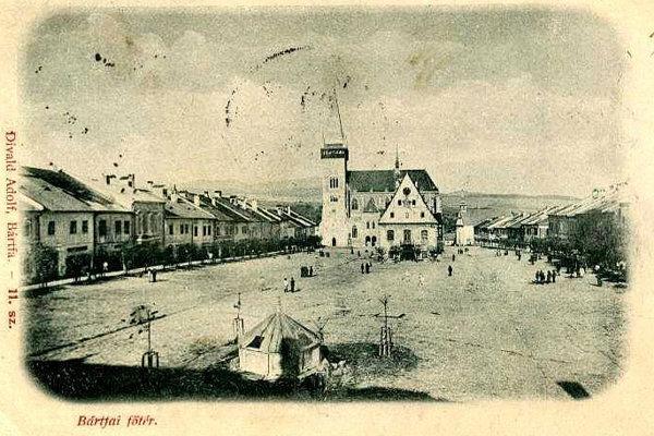 Historická fotografia Radničného námestia z roku 1899. (ZDROJ: Bardejov kedysia dnes, FOTO: Adolf Divald)