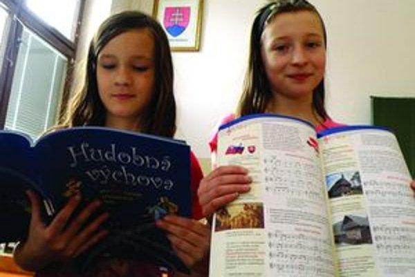 Hymna sa vyučuje od 5. ročníka. Piatačky Veronika Kováčová a Katarína Lohinská uo ZŠ s MŠ Priehradná v Martine sa na ňu clekom tešia.