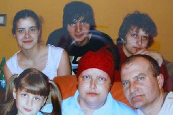 Šťastná rodinka. Po smrti rodičov ostali deti v byte samé. Zľava Vladka (18), Matej (23), Jakub (21) a Ľudmila (8).