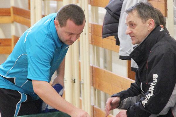 Miroslav Bednár (vpravo) ostáva hlavným trénerom Nižnej. Pomôže ešte aj hráčsky.
