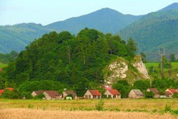 Mnohí si myslia, že na sučianskej skale stál Sučiansky hrad. Bolo tu však len hradisko, hrad postavili v Podhradí.