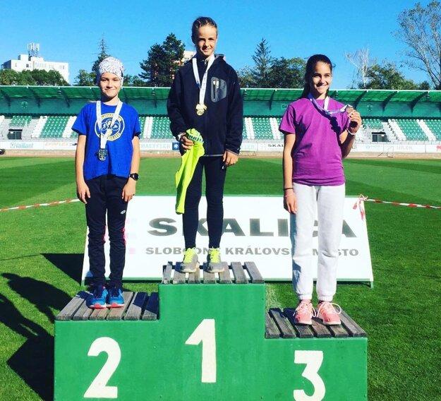 Vľavo Henrieta Horváthová, jediná medailistka mladého klubu AK Zlaté Moravce.