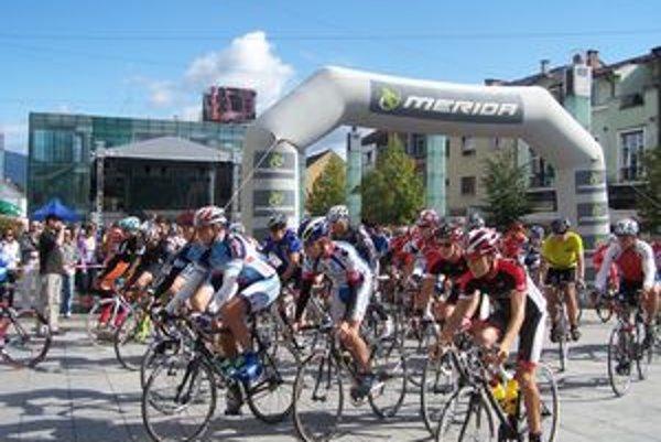 Na trať cyklomaratónu po Ceste SNP sa vydalo okolo 200 cyklistov.